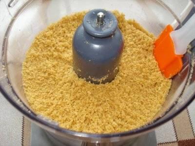 Раскрошите печенье с помощью блендера. а затем смешайте с растопленным сливочным маслом.