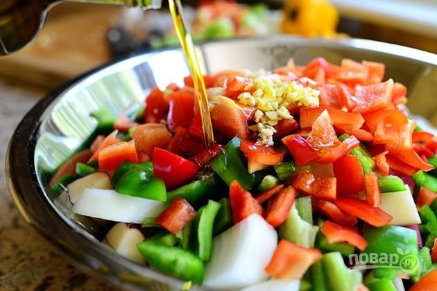 6. Полейте овощи маслом.