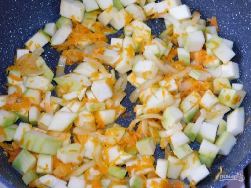 Добавьте нарезанные кубиками кабачки. Обжаривайте минут 5-7.