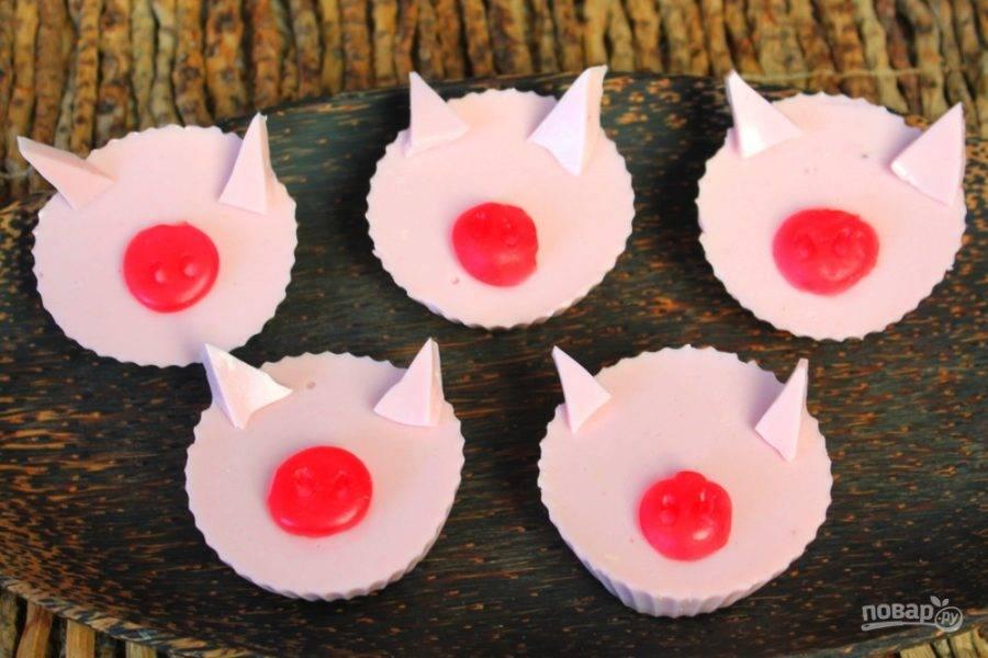 То желе, которое в маленьком блюдечке, разрезаем на 10 частей. (Режем как пирог, треугольными кусочками). Добавляем ушки, как на фото.