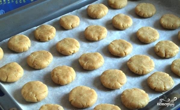 Далее сформируйте печенья среднего размера, выложите их на противень, застланный бумагой для выпечки и слегка смазанный растительным маслом. Печенья можно формировать при помощи пекарского мешка. Я отлично справилась и без него.