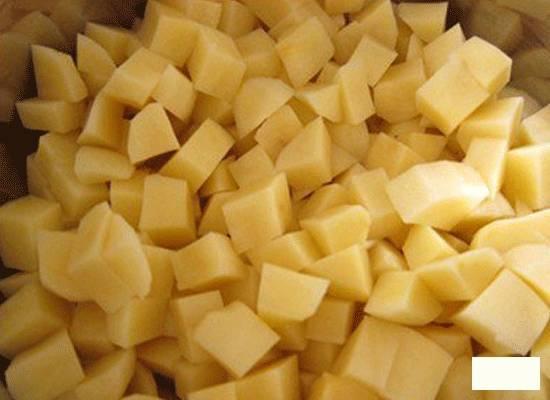 2.Картошку очищаем и моем, нарезаем небольшим кубиком и отправляем в кастрюлю к мясу через 10-15 минут после закипания.