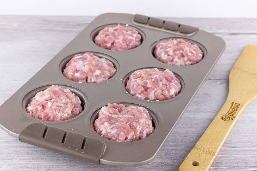 Фарш посолите и поперчите по вкусу, разделите на 6 равных частей, сформируйте котлетки и выложите на хлеб.