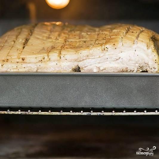 Спустя 45 минут фольгу снимаем, температуру в духовке снижаем до 200 градусов и запекаем мясо еще полтора-два часа до готовности.