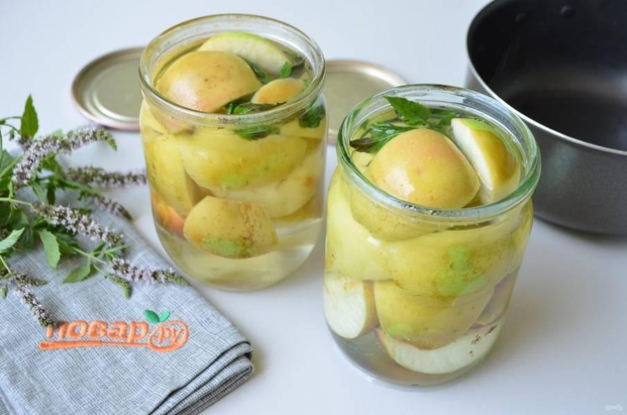 7. Вскипятите сироп, залейте яблоки.
