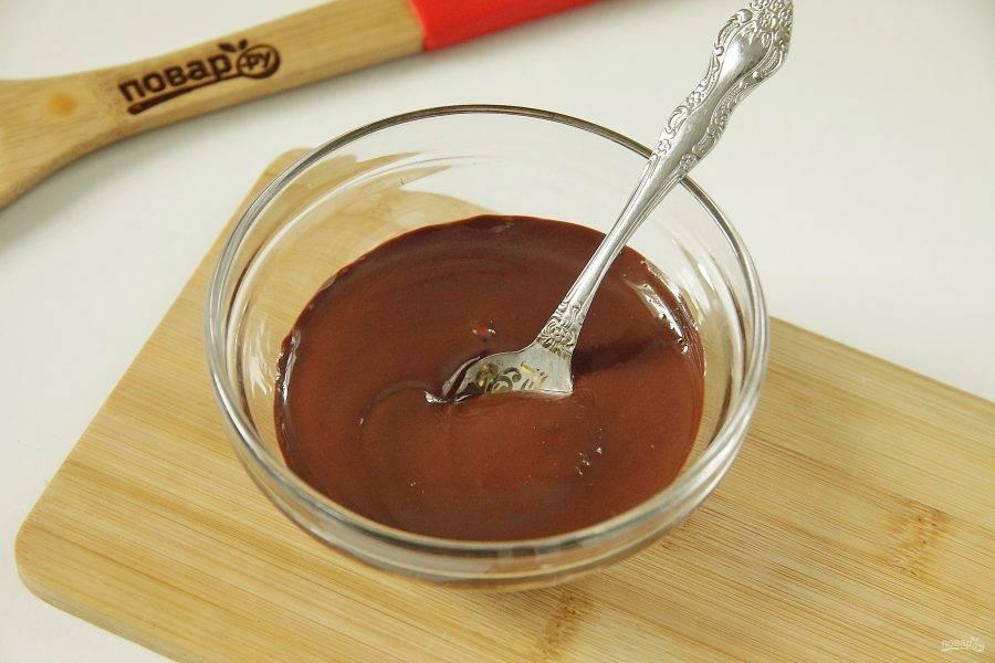 Шоколад поломайте на кусочки, переложите в миску и растопите в микроволновке или на водяной бане. Оставьте остывать.