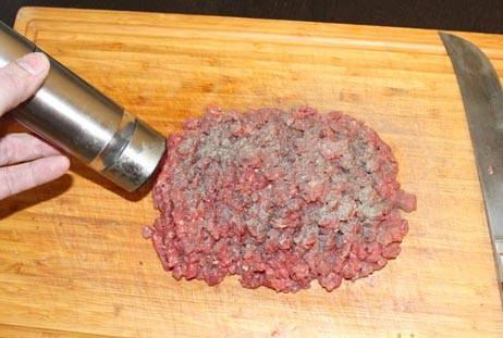 1. Впервые решила приготовить бифштекс по-американски в домашних условиях. Обычно для для бифштексов беру готовый фарш, но рубленное мясо сюда подходит лучше всего.