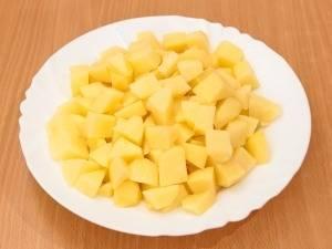 Картофель чистим и нарезаем кубиками.