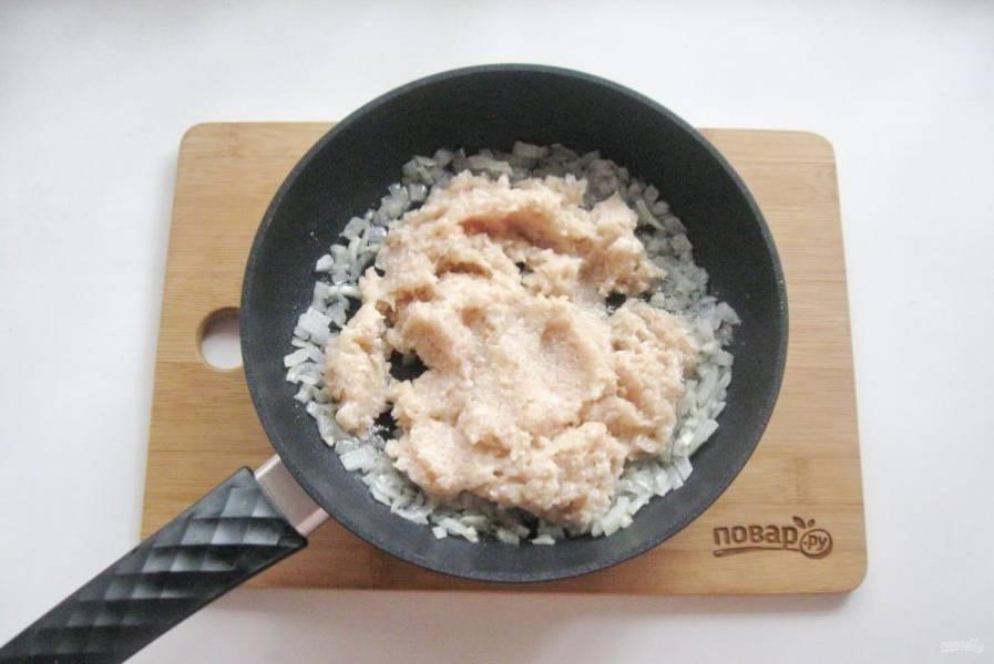 После выложите в сковороду куриный фарш.