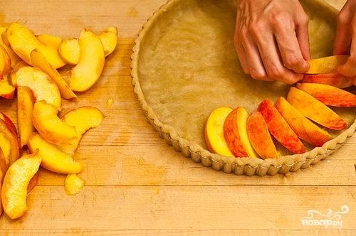 Персики освобождаем от косточки, нарезаем небольшими дольками и вкладываем их по кругу.
