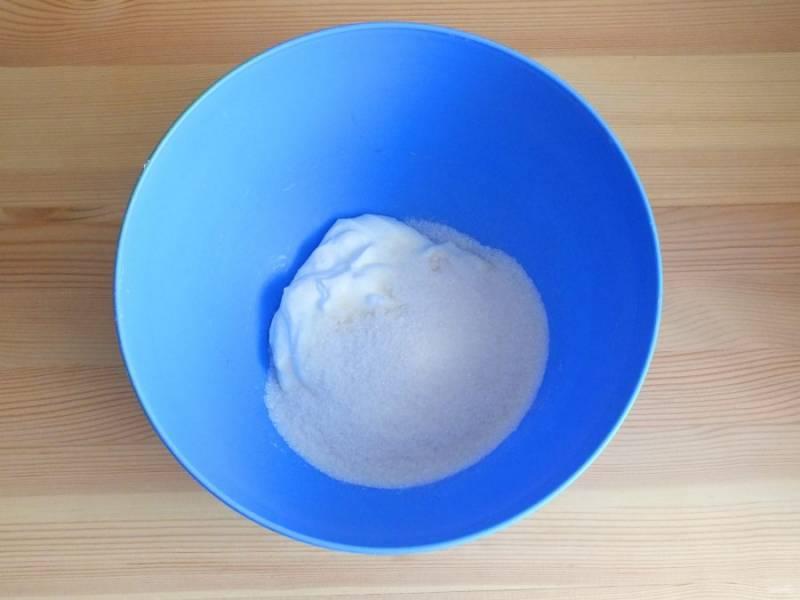 В чашу переложите сметану, добавьте сахар. Взбейте миксером до растворения сахара.