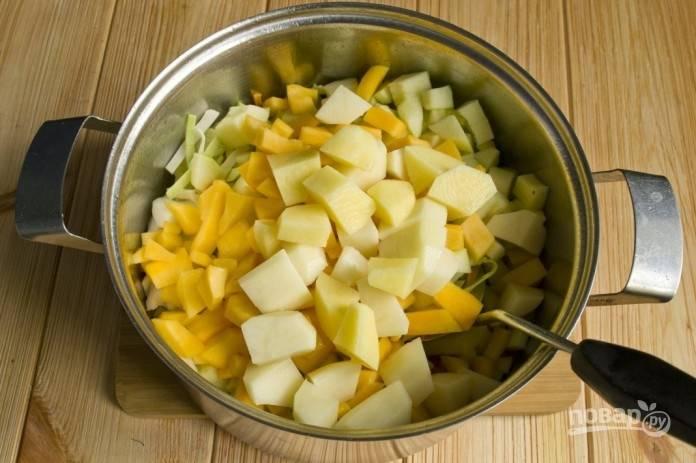 6.Очистите картошку и нарежьте ее кубиками, добавьте картофель после тыквы.