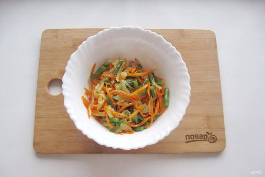 Добавьте жареный лук с морковью и зеленой фасолью.