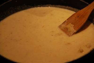 Далее добавляем в получившуюся смесь молоко.