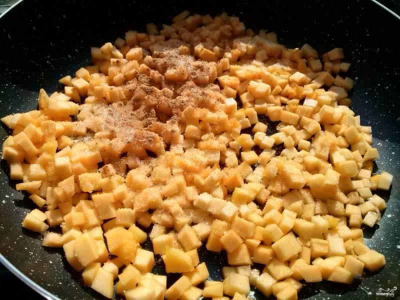На сковороде разогрейте масло, добавьте тыкву, сахар и корицу. Пассеруйте тыкву пару минут до растворения сахара, периодически помешивая. Тыква не должна стать мягкой, только немного пропитаться сахаром. Тыкву снимите с огня, дайте ей остыть.
