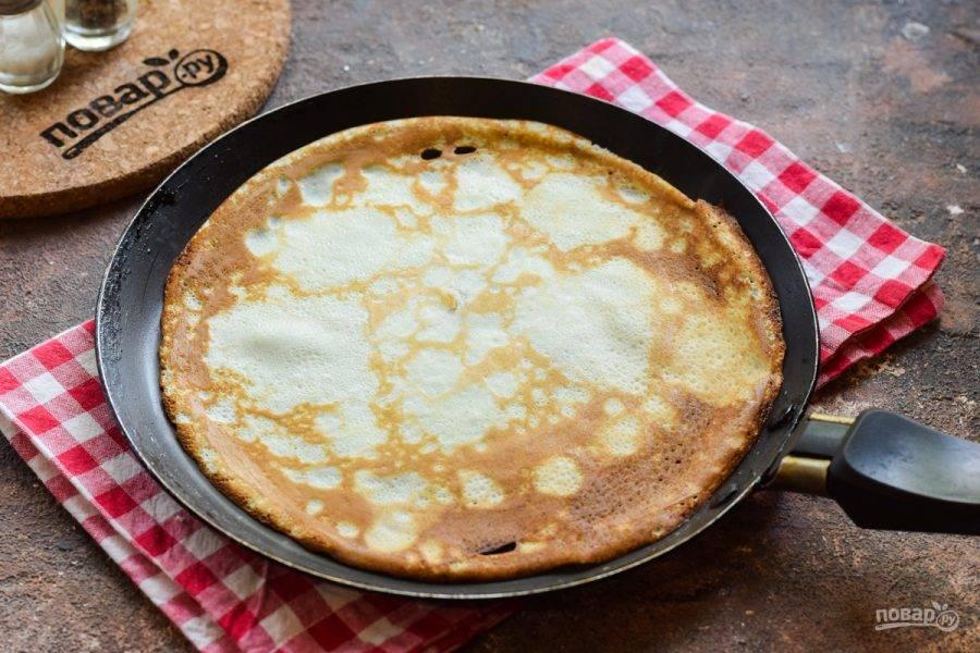 Прогрейте блинную сковороду, влейте немного теста и жарьте блины с каждой стороны по 15-20 секунд.