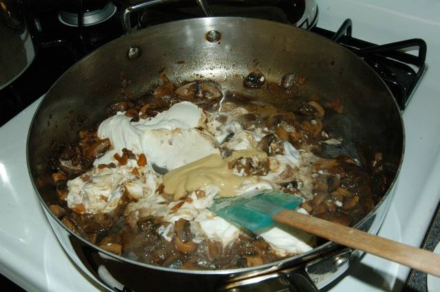 Переходим к бефстроганов: Уменьшите огонь, добавьте сметану и дежонскую горчицу.