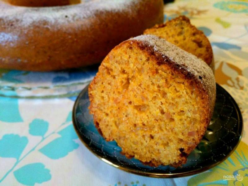 Сливочно-тыквенный пирог с арахисом имеет яркий солнечный цвет, неповторимый аромат и характерную пористость. Попробуйте испечь его для своих близких!