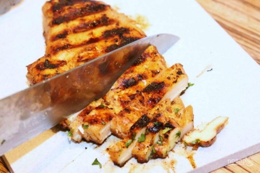 После того как обжарится филешки, оставьте их отдохнуть на столе 15 минут. После чего порежьте соломкой.