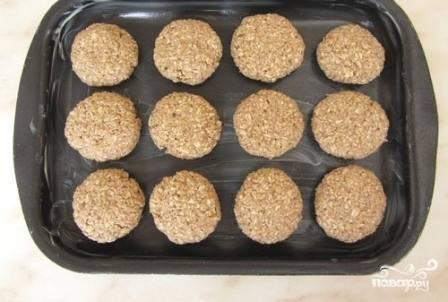Смазываем противень маслом. Формируем печенья, их получается 10-12 штук.