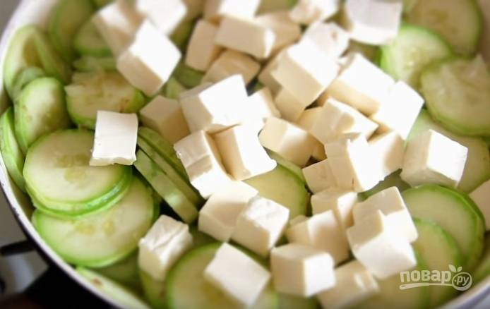 4. Плавленый сырок нарежьте кубиками и отправьте на сковороду к овощам. Не забудьте добавить чеснок. Помешивайте, пока сыр полностью не расплавится, затем уберите с огня.