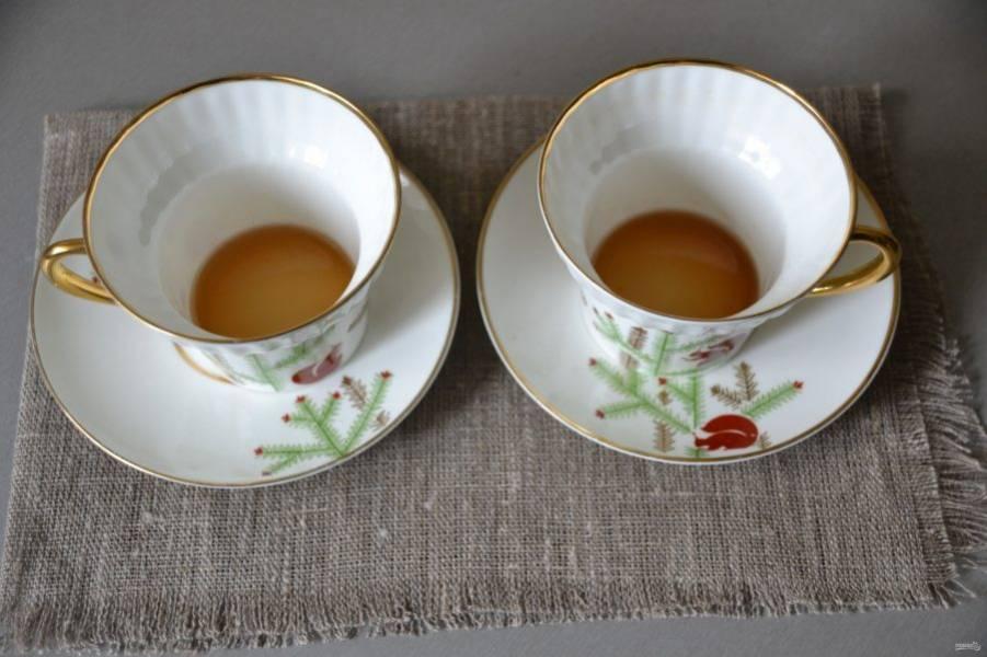 В кофейные чашки влейте по столовой ложке рома (вместо рома можно взять коньяк или любой другой крепкий, ароматный алкогольный напиток).