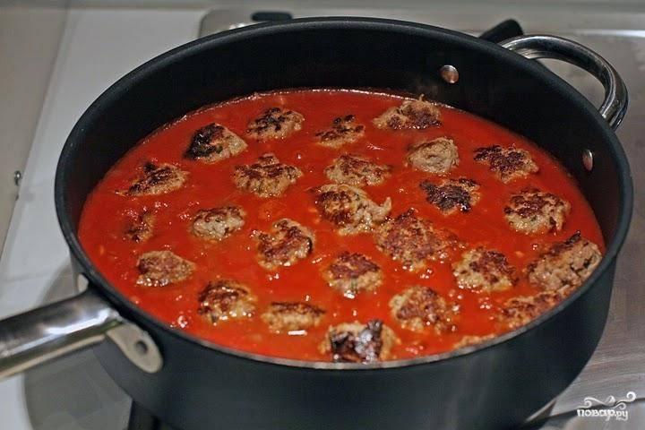 Добавить томатный соус, влить вино, посолить, поперчить. Добавить сахар. Тушить на медленном огне под крышкой 20-30 минут.