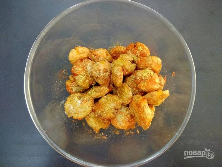 8. Готовый картофель приправьте красным перцем, чили, солью и кориандром.