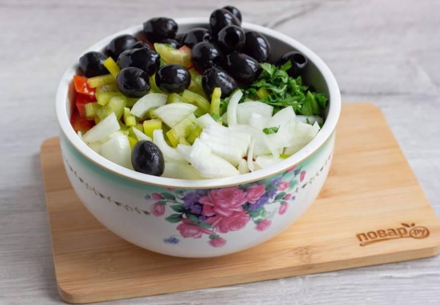 В салатнике смешайте помидоры, перец, лук, петрушку и маслины.