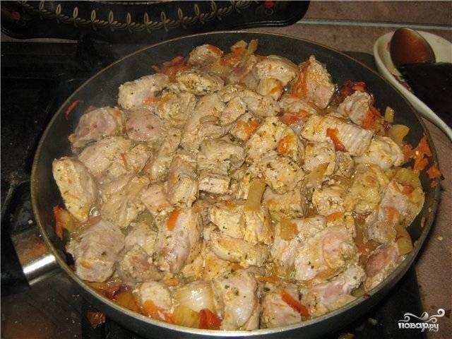 Мясо моем, нарезаем небольшими кусочками и слегка обжариваем с луком и морковкой.