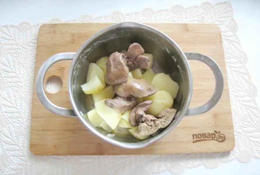 Куриную печень помойте, обрежьте жир и протоки. Выложите в кастрюлю, залейте водой и варите до мягкости 10 минут с момента закипания. Затем добавьте в кастрюлю с отварным картофелем.