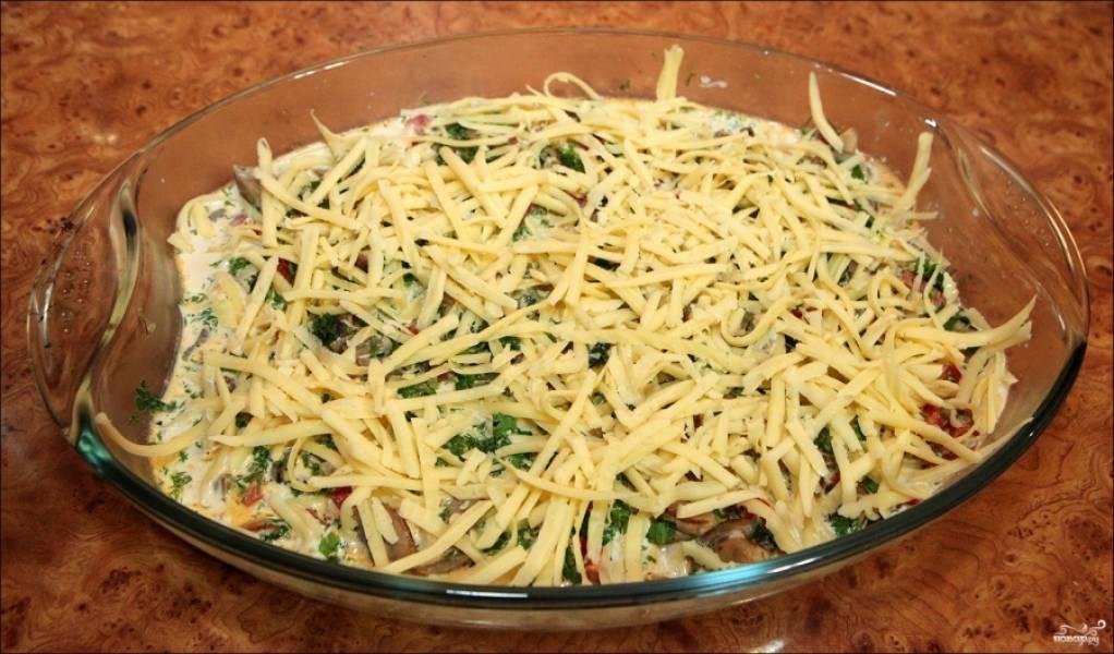 Посыпьте сверху тертым сыром.  Отправьте форму с продуктами в разогретую духовку на 30-40 минут.
