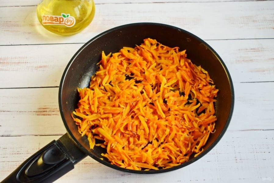 Морковь натрите на крупной терке, пассеруйте на растительном масле до мягкости, не пережарьте, снимите со сковороды.