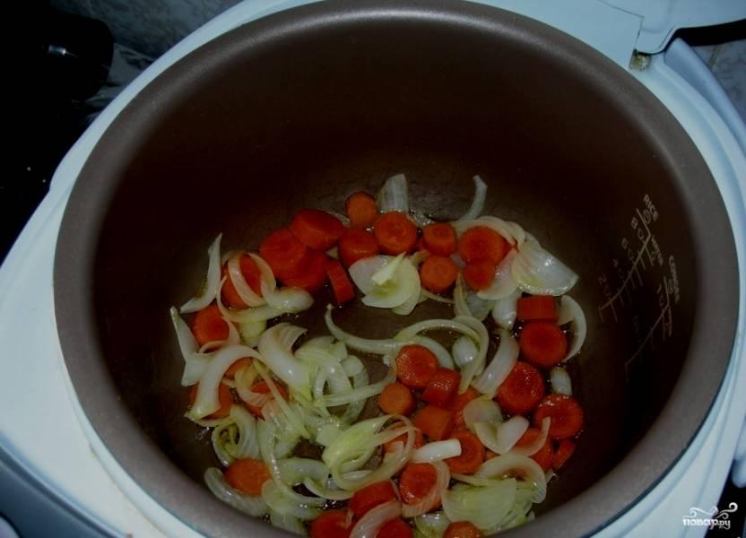 """Помидоры моем, режем средним штрихом. Морковь очищаем и режем кружочками. Кладем в мультиварку все наши порезанные овощи. Туда же выкладываем говяжье сердце. Добавляем специи, два стакана воды и соль по вкусу. Выставляем режим """"Тушение"""", время - 2 часа."""