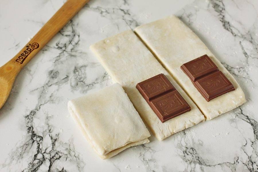 Накройте шоколад второй частью теста.
