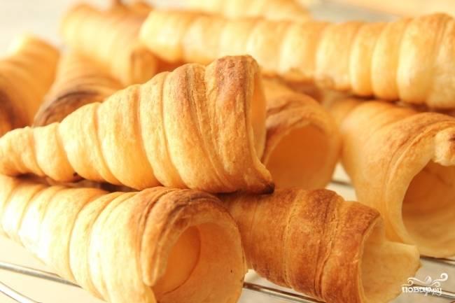 При 220 градусах выпекайте трубочки до того момента, пока они не станут золотистого цвета (ориентировочно — минут 15), после чего выньте их из духовки, уберите формочки и оставьте трубочки остывать.