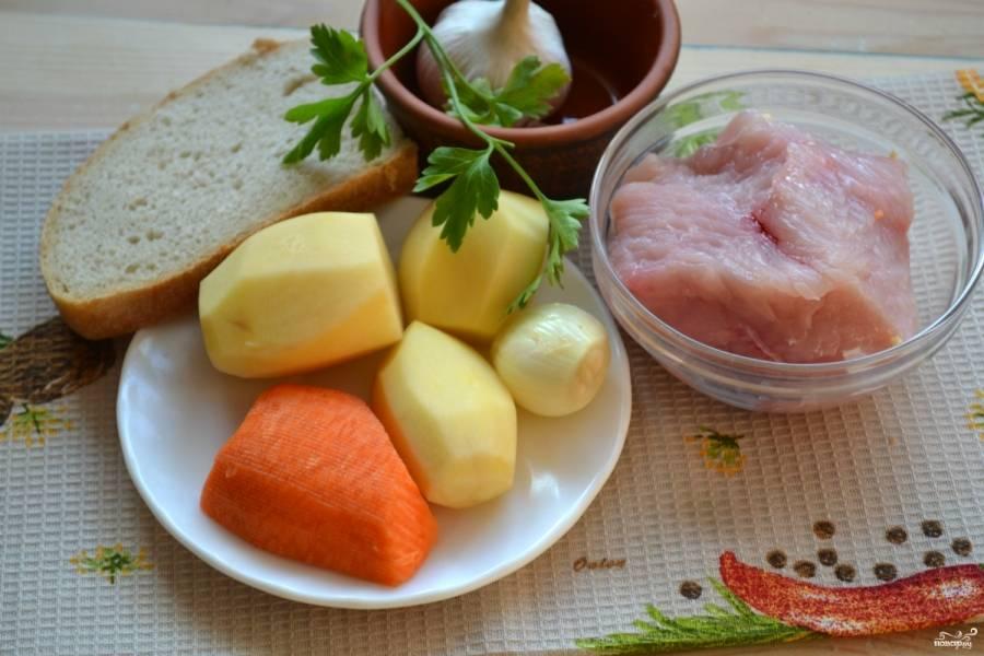 Подготовьте все необходимые ингредиенты. Филе индейки промойте, залейте водой, чтобы покрыла, и доведите до кипения. Затем воду слейте, мясо промойте и снова залейте водой. Варите индейку на очень медленном огне 30-40 минут.