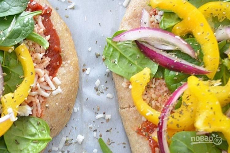 5.Посыпьте каждую пиццу орегано и базиликом.