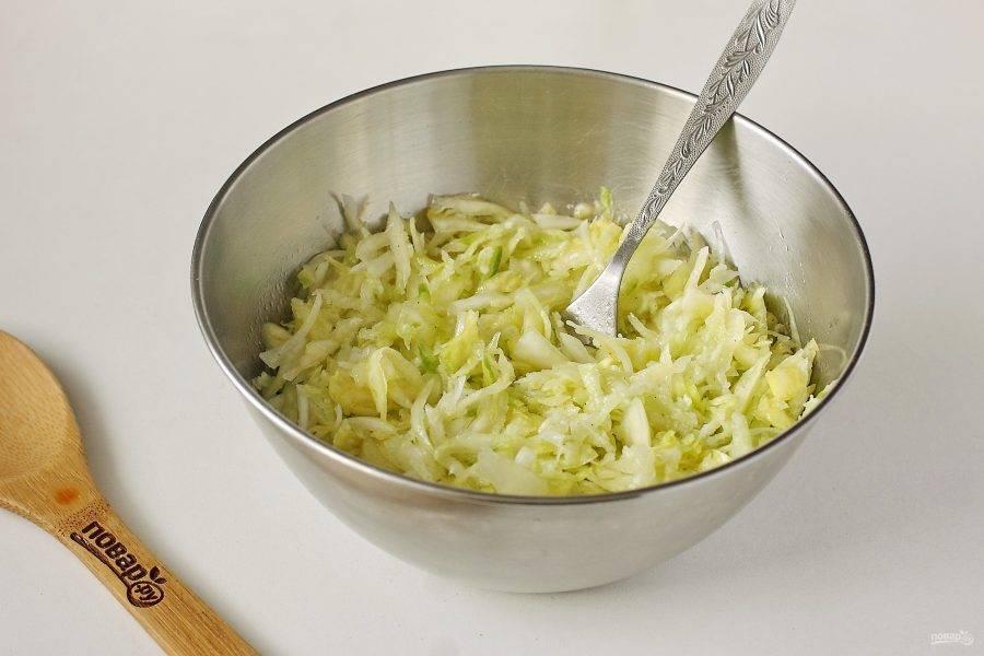 """Добавьте в салат молотый перец, масло, уксус и все хорошо перемешайте. Капустный салат """"Советский общепит"""" готов."""