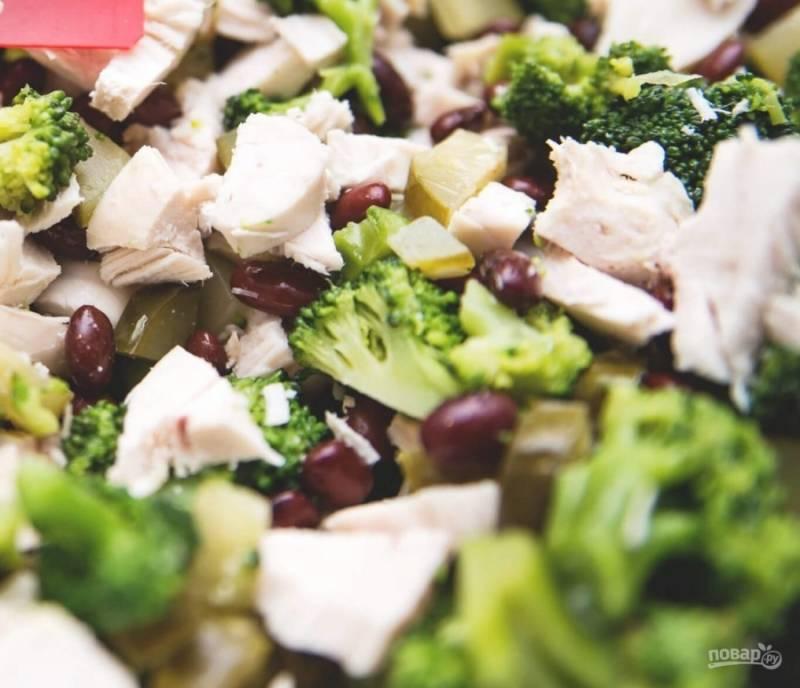 9. Добавляем специи для салата, консервированную фасоль и майонез. Перемешиваем салат, даем ему немного постоять в холодильнике.
