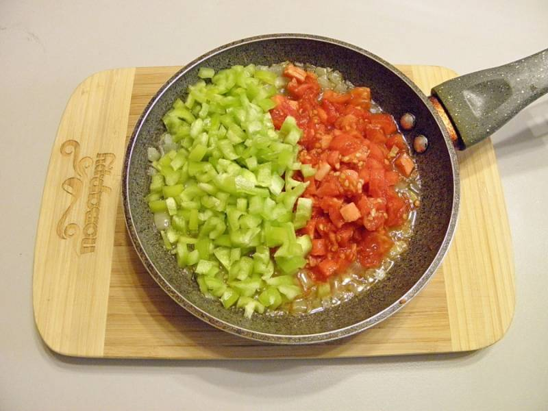 Помидоры без кожуры и болгарский перец порежьте мелкими кубиками и добавьте к луку. Обжарьте до мягкости всех овощей.