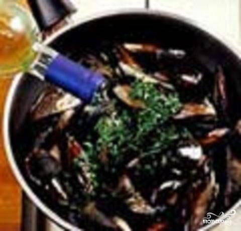 2.Вынуть чеснок. Добавить к мидиям белое вино и нарезанную зелень петрушки.