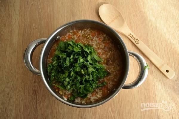 Измельчите зелень, добавьте в шурпу. Посолите и поперчите по вкусу. Закройте крышкой, проварите 2 минуты.