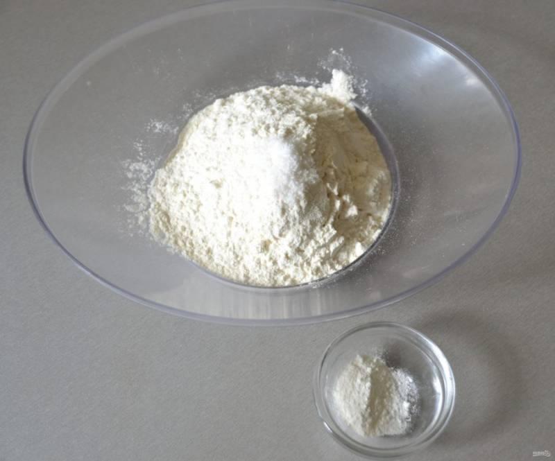 В муку добавьте соль и разрыхлитель.