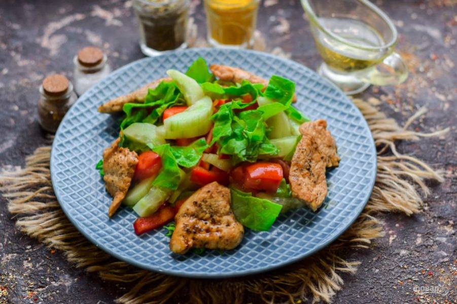 Перемешайте овощи, заправьте маслом, добавьте соль и перец, переложите в салат курицу и подавайте к столу.
