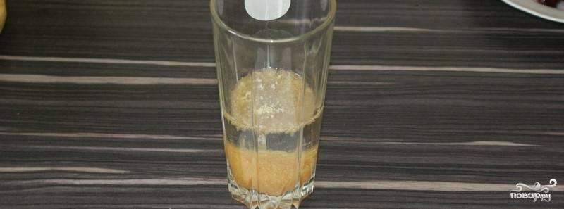 2. Для начала следует замочить желатин в теплой воде и оставить его минут на 20.
