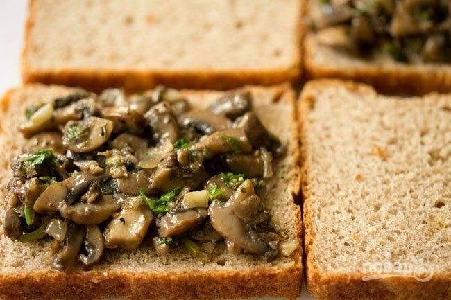 На ломтик хлеба положите начинку, сверху накройте вторым.