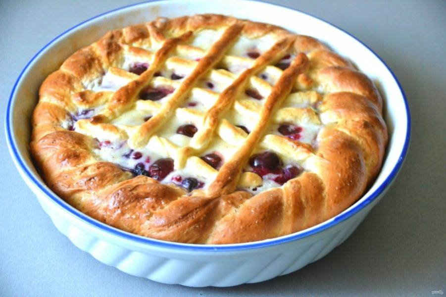 Пирог получился румяный и красивый, устоять невозможно, но подавать его следует всё-таки остывшим. Приятного всем чаепития!