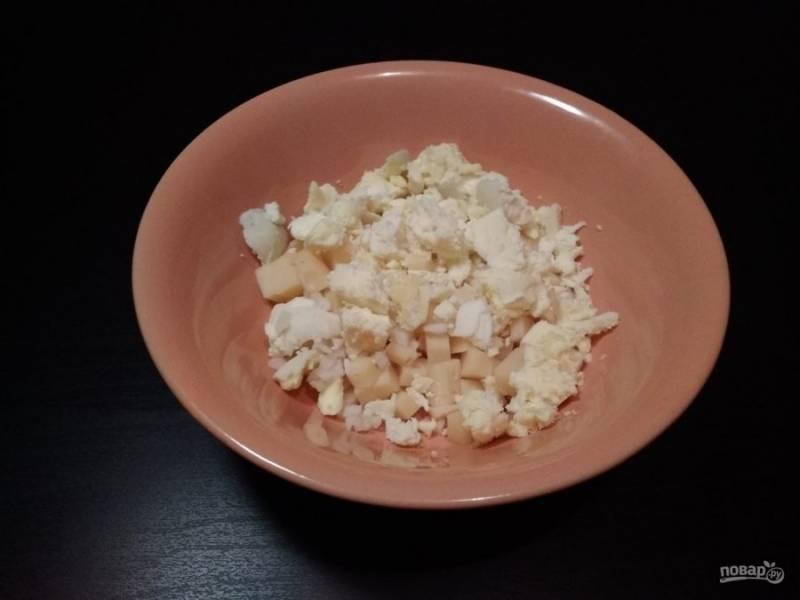 4. Вытащите только желток, добавьте его в измельчённом виде к сыру. Белок сохраните в неизменной форме.