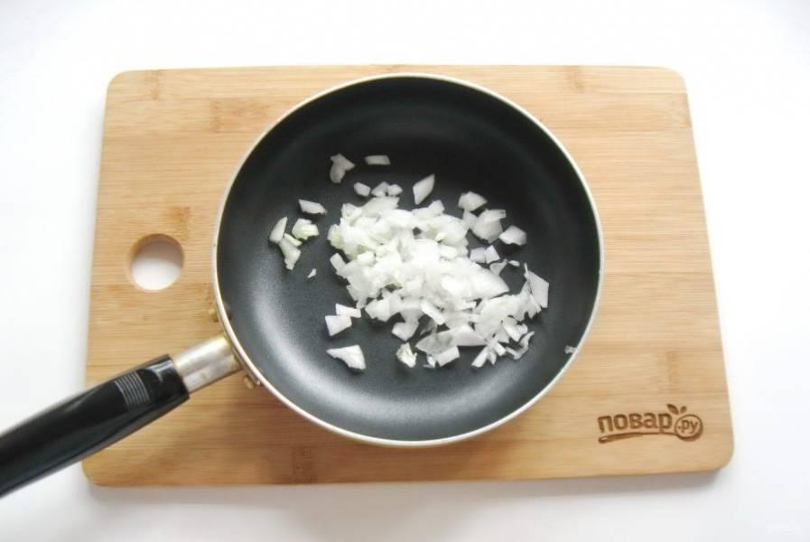 Репчатый лук очистите, помойте и нарежьте. Выложите в сковороду.